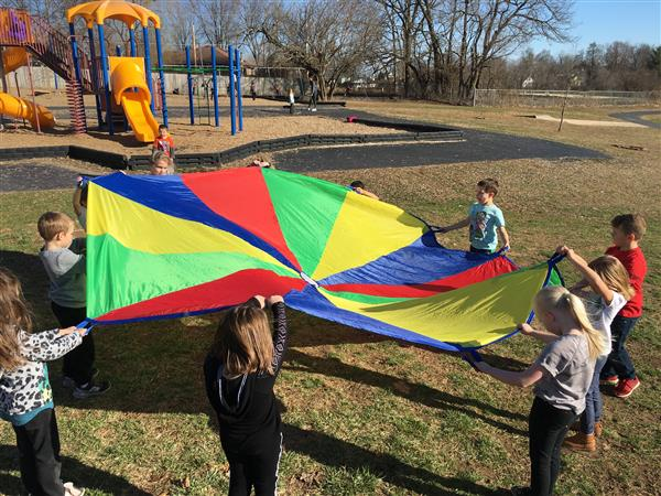 XLT Childnen playing with parachute